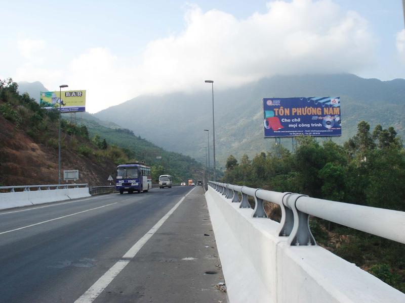 Pano quảng cáo xuất hiện chủ yếu trên dọc các tuyến đường