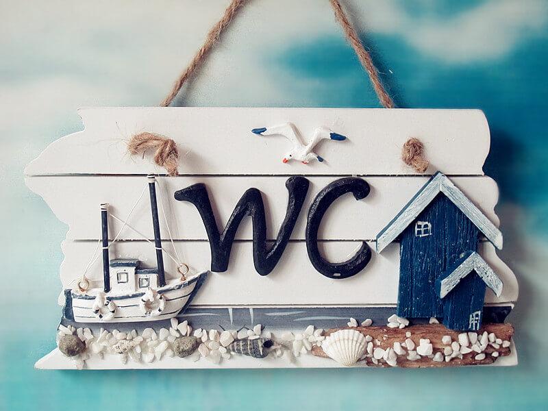 Bảng hiệu được làm từ gỗ với nhiều phong cách, chữ viết khác nhau